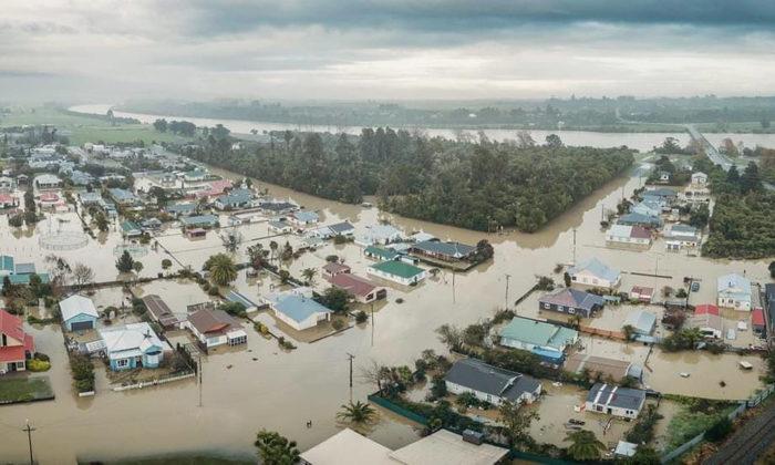 Kawatiri whanau join up for flood clean up